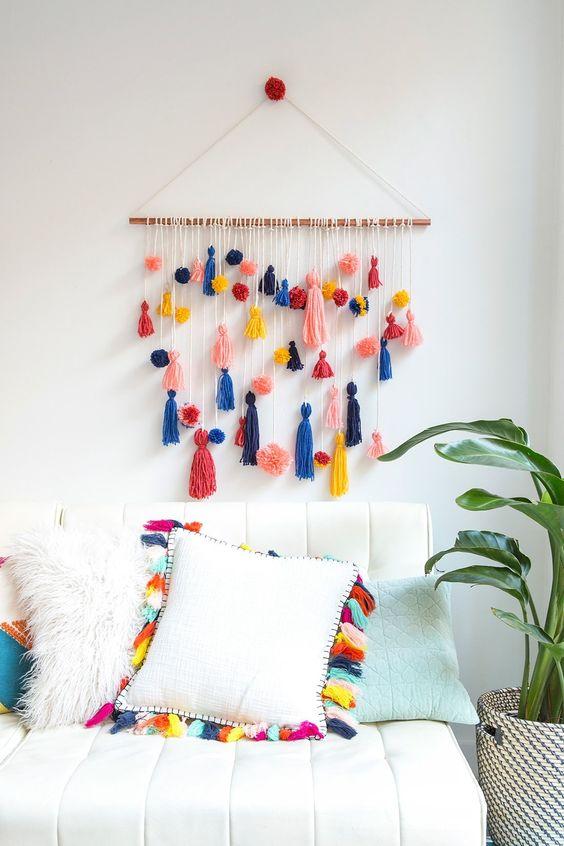 DIY parede inca de pompons