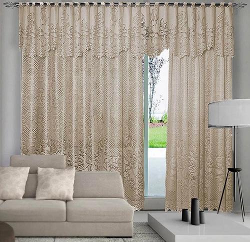sala de estar com cortina marrom